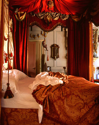 Trend 10 most romantic bedrooms zillow porchlight for Bedroom ideas red and gold