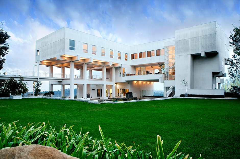 10 stunning modern mansions for sale in la zillow porchlight for Big mansion homes for sale