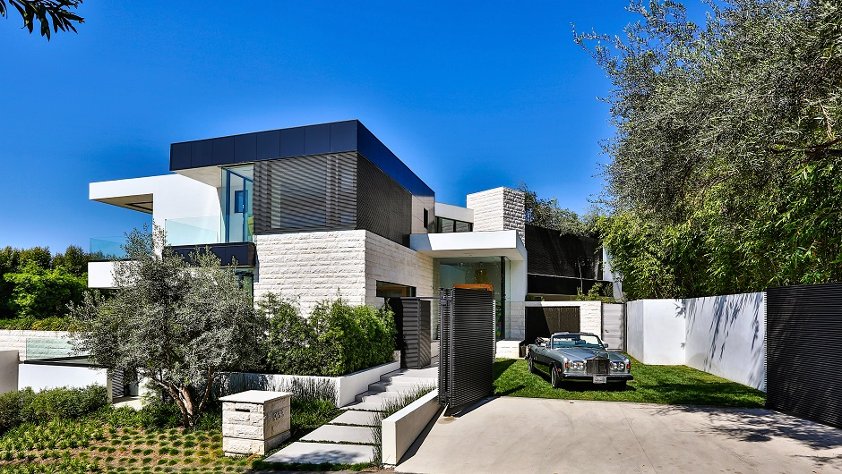 10 stunning modern mansions for sale in la zillow porchlight for Modern house design los angeles