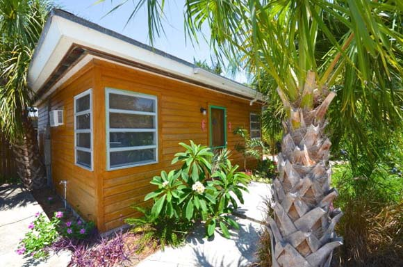 On the market 10 tiny vacation homes zillow porchlight for Small homes in florida