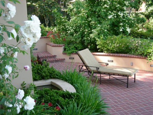 Clay brick suits the traditional feel of this garden patio by David Thorne Landscape Architect.