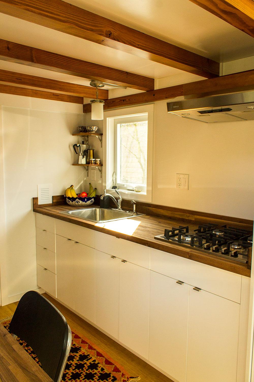 Hikari-Box-Tiny-House-kitchen