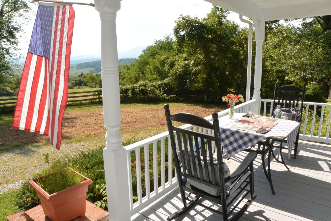 10 homes that 39 ll make you wish you lived down on the farm for Cabins in lexington va