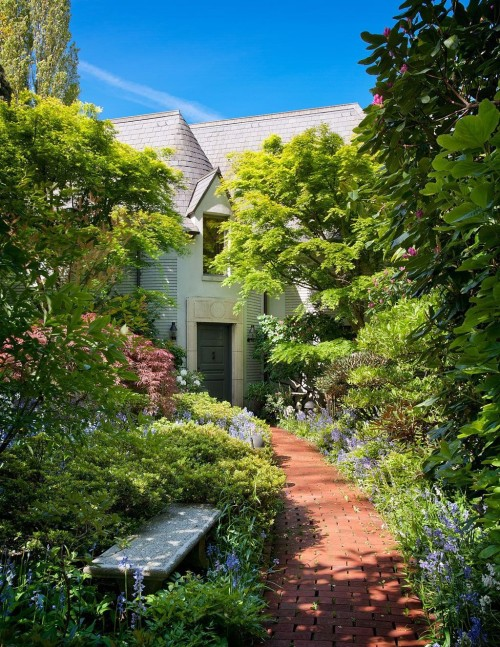 The path to the front door of this home is curved but not meandering. Source: Eduardo Mendoza