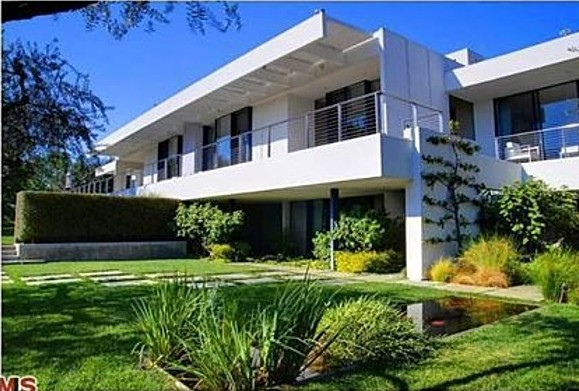 Aniston bought this home with fiance Theroux.