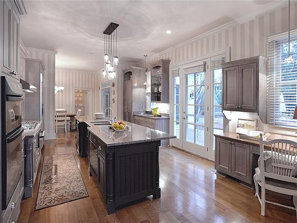 Southern star trisha yearwood selling country house near for Style kitchen nashville