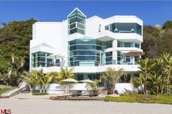 Glass houses reveal breathtaking views zillow porchlight for Malibu california beach houses